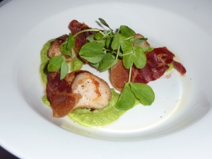 Scallops, peas and crispy proscuitto